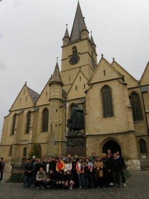 Nagyszebenben az evangélikus templom előtt