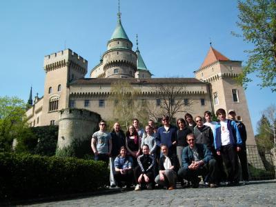A kastély előtt
