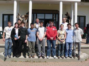 A győztesek, baloldalt a 2. helyezett debreceniek, középen a győztes veszprémiek, jobb oldalon a 3. helyezett tataiak kísérőtanáraikkal