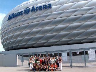 Az Allianz-aréna előtt