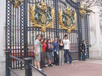 Buckhingam Palota kapuja előtt
