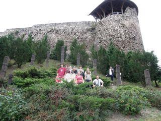 A nógrádi vár előtt