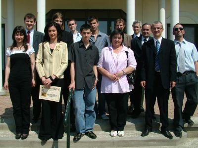 A győztes és a harmadik helyezett csapatok felkészítő tanáraikkal és a rendezőkkel
