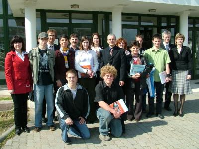 A dobogós csapatok felkészítő tanáraikkal és a zsűri tagjaival