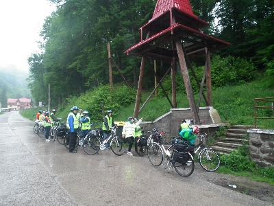 Ömlik az eső Torja felé félúton... (egy borvízforrásnál pihenünk)