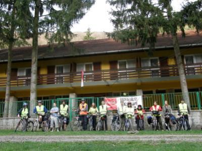 Első napi szállásunk, a Fekete-völgy panzió előtt