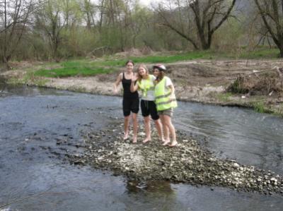 Három grácia a patak közepén