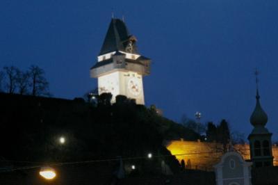 Az Uhrturm esti díszkivilágításban