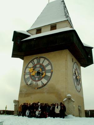 Csoportunk a város szimbólumánál, az Óratoronynál