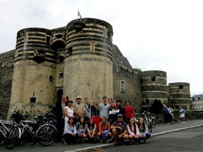 Az Angers-i vár előtt a kis csapat