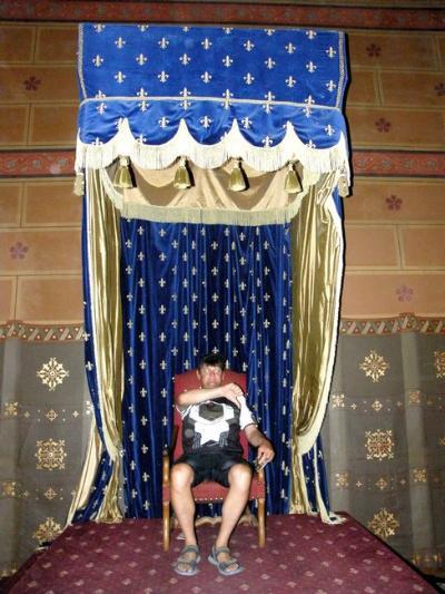Sanyi bácsi mint király ítélkezik