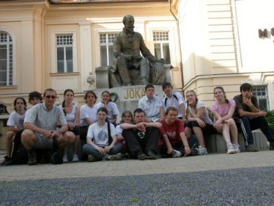 A túra vége Komáromban: tisztelgés Jókai szobra előtt