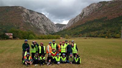 A bátrak csapata a Szádelői-völgy előtt